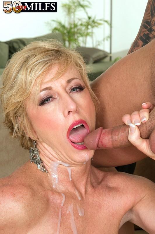 фото сперми на губах зрелой дами