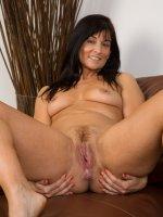 Lelani Tizzie45 year old Lelani Tizzie poseing naked whith her tennis racket