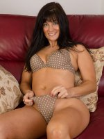 Lelani TizzieElegant and sexy 45 year old Lilani Tizzie undresses and spreads