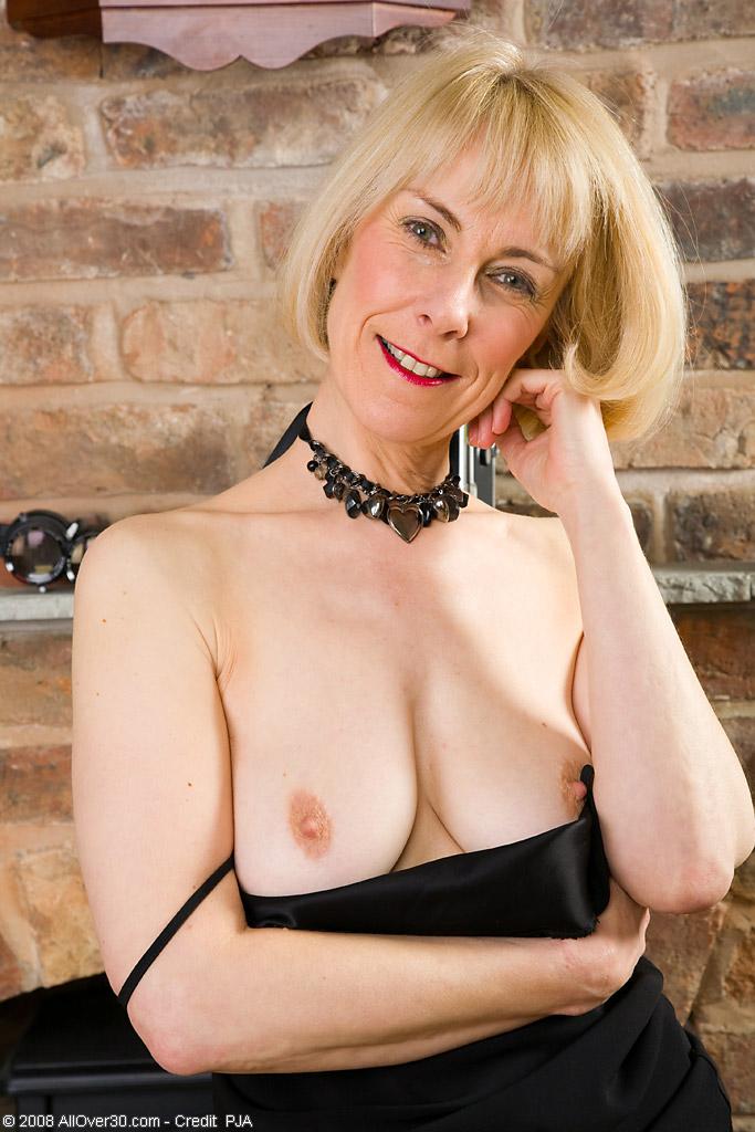 Hazel - blonde older mum demonstrates her hairy cunt