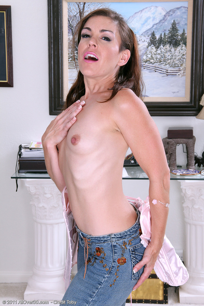 annabelle genovisi   tiny titted mom flashes her hairy snatch