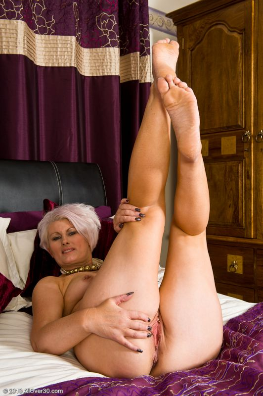 Busty mature lady in stockings sucks cock dry
