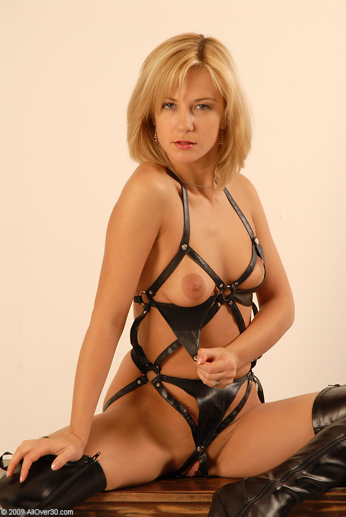 see more pics and hd vids of Laurita and other mature women inside!