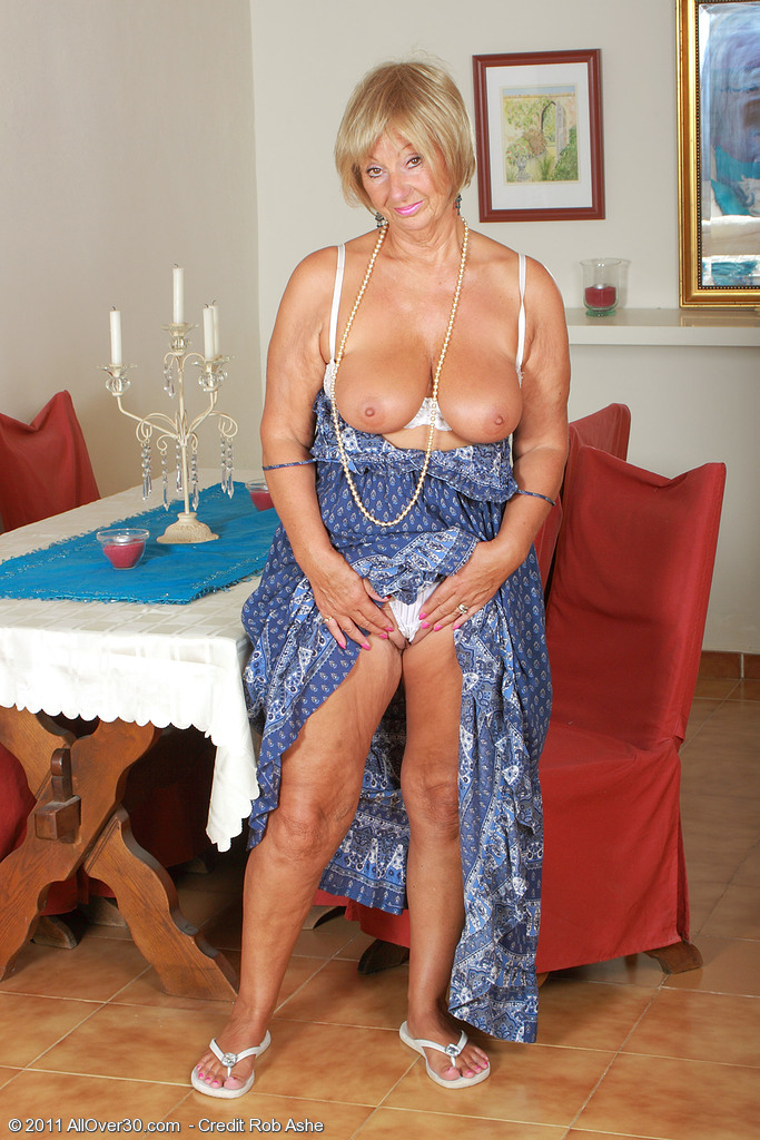 see more pics and hd vids of Samantha T and other mature women inside!