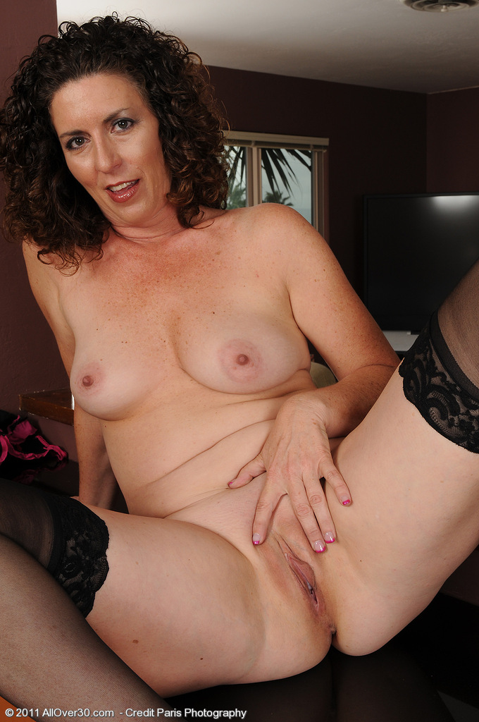 Mature busty brunette flahes her natural juicy melons 1