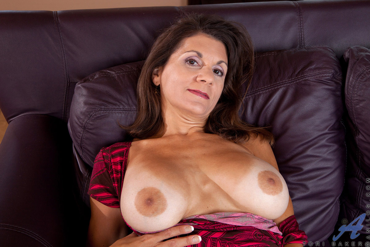 Tori Baker - busty momma puts toy into her pussy: golden-moms.com/galleries/tori-baker-11