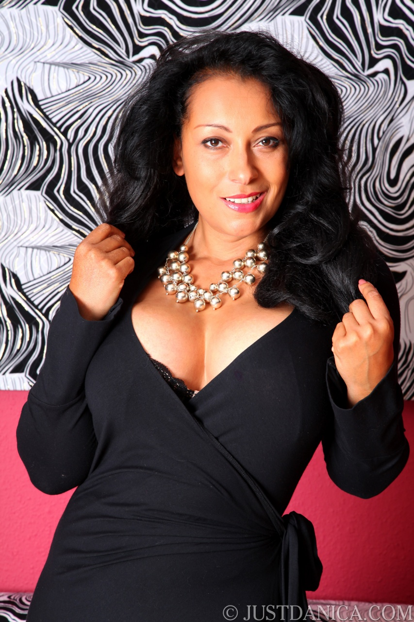 Danica Collins Curvy Mama Demonstrates Her Hairy Snatch