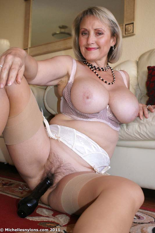 Burlesque big tits babe shows curves and meaty pussy