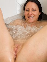 Nice big wet ass in the bathtub
