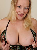 Curvy MILF shows her big boobs with nice small nipples