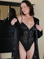 Veronica Snow	Popular brunette MILF Veronica Snow pulls aside lingerie to show all