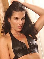 Seductive MILF Anna exposes her perfect landing strip