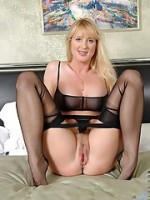 Michelle - big-boobed MILF enjoys cock in her mouth: oilpaintingholic.wordpress.com